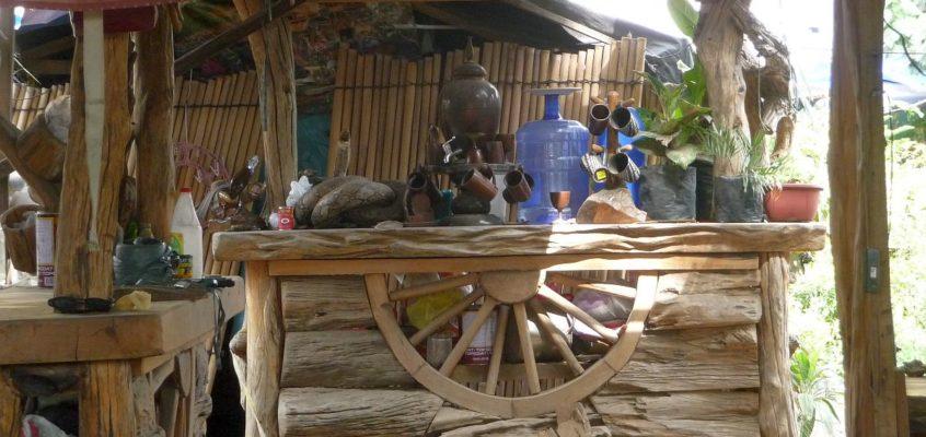 Gartenmöbel und -dekoration aus Naturholz