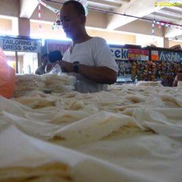 PHILIPPINEN BLOG - Zuschauen beim Frühlingsrollen-Hüllen machen auf dem Markt FOTO: Sir Dieter Sokoll KR