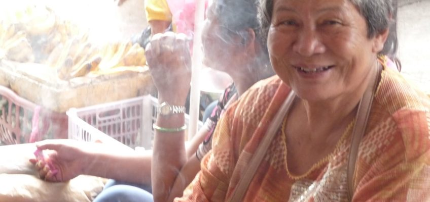 Eine Tabakhändlerin vor dem Markt