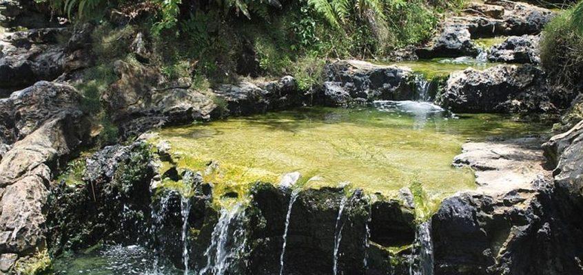 Die Annehmlichkeit der heißen Quellen am Kinablangan Highway