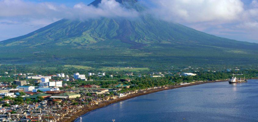 Erster flüchtiger Blick auf den Vulkan Mayon