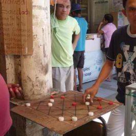 PHILIPPINEN REISEN BLOG - Mittagspause mit Brettspielen