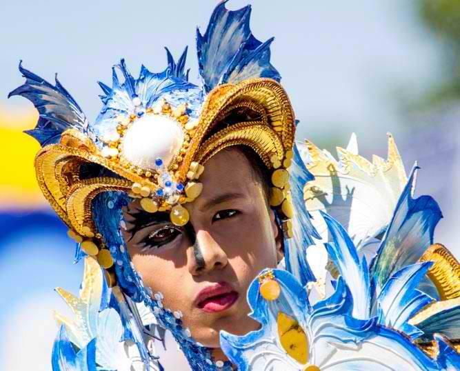Farbenspritzer im Busaingan Festival von Sorsogon