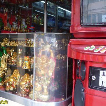 Chinesische Glücksbringer & Karaokeanlage im Akustik-Shop