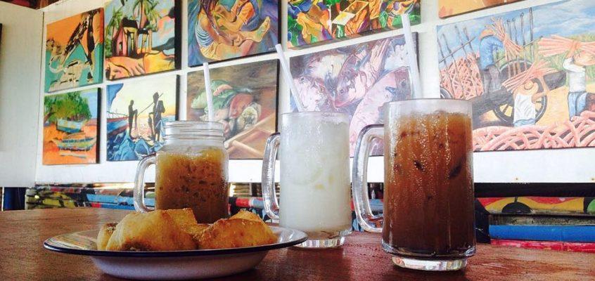 Eine Tasse Kaffee genießen in einer Kunstgallerie