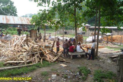 PHILIPPINEN REISEN BLOG - ALLTAG - Besuch in der Sägemühle mit Holzplatz Foto von Sir Dieter Sokoll